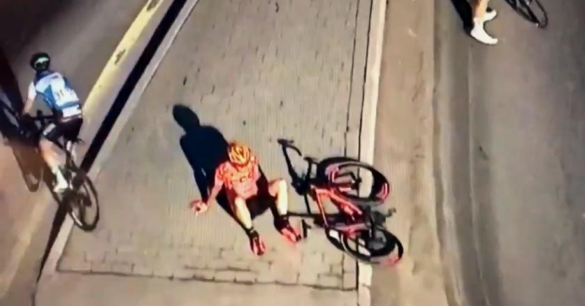 Vidéo : Un cycliste simule un crash pour se reposer