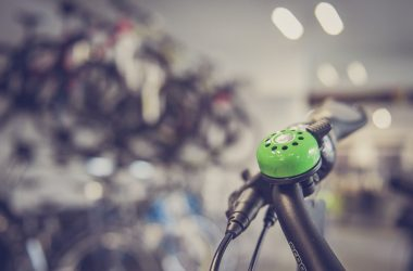 Avec un vélo électrique, vous évitez les files et c'est meilleur pour l'environnement.